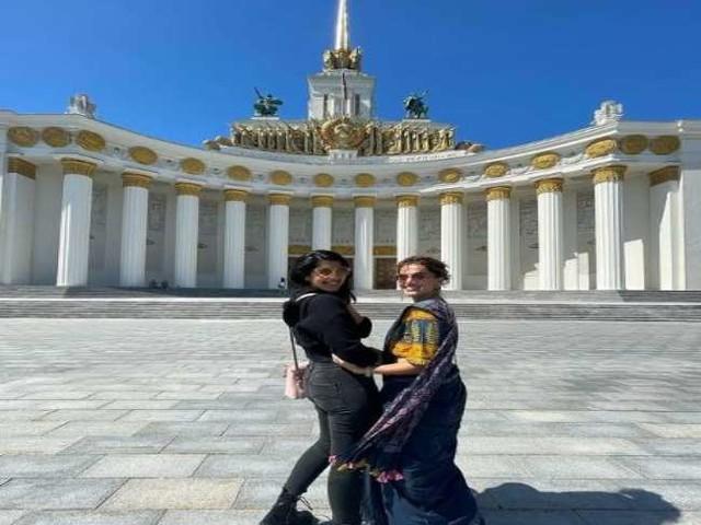 रूस में हॉलीडे मना रही तापसी पन्नू ने ट्रेडिशनल ड्रेस में दिए दिलकश पोज, देखें तस्वीरें