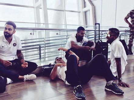 चेन्नई एयरपोर्ट पर कुछ इस अंदाज में दिखे धोनी-विराट, Viral हुईं Photos