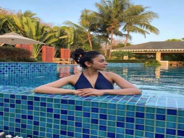 Rakul Preet Singh ने फोटो शेयर कर खुद को बताया वाटर बेबी, स्विमिंग पूल में यू किया एंजॉय