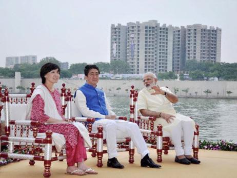 Shinzo Abe, wife celebrate Indian fashion