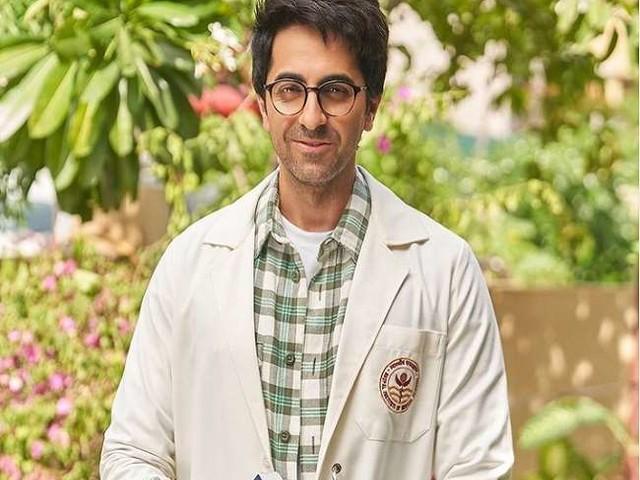 Ayushmann Khurrana की फिल्म 'डॉक्टर जी' का फर्स्ट लुक आउट, Gynaecology की किताब हाथ में लिए दिखे एक्टर