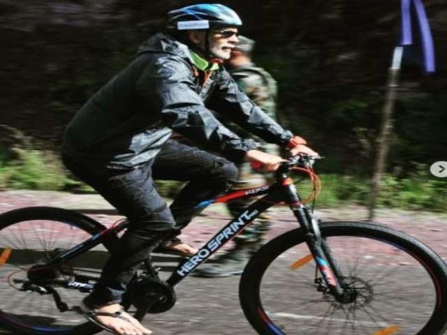 55 साल के मिलिंद सोमन ने चलाई 65 किमी साइकिल, फैंस दिया चैलेंज