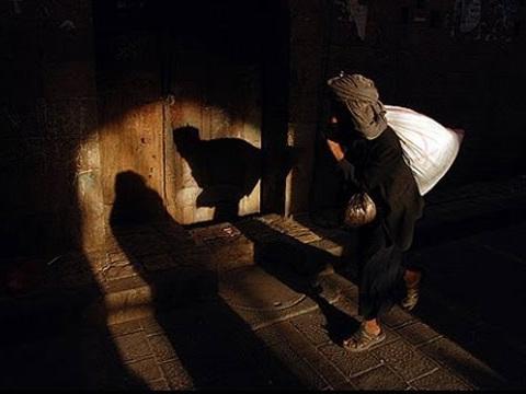 ചുരിദാറിട്ട് പൊട്ടുതൊട്ട് പെണ്വേഷത്തിലണിഞ്ഞൊരുങ്ങി മതില്ചാടിയെത്തുന്ന കള്ളന്: ഞെട്ടി നാട്ടുകാര്