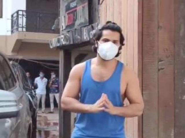 Varun Dhawan ने की पैपराजी की टांग खिंचाई, सोशल मीडिया पर वायरल हुआ मजेदार वीडियो