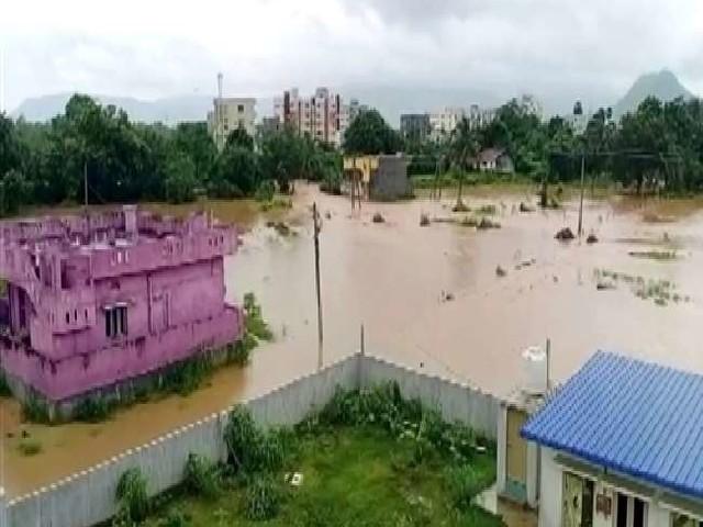 Cyclone Gulab Photos: तस्वीरोें में देखें- चक्रवात 'गुलाब' तूफान ने आंध्र प्रदेश में मचाई तबाही, जगह-जगह हुआ जलभराव