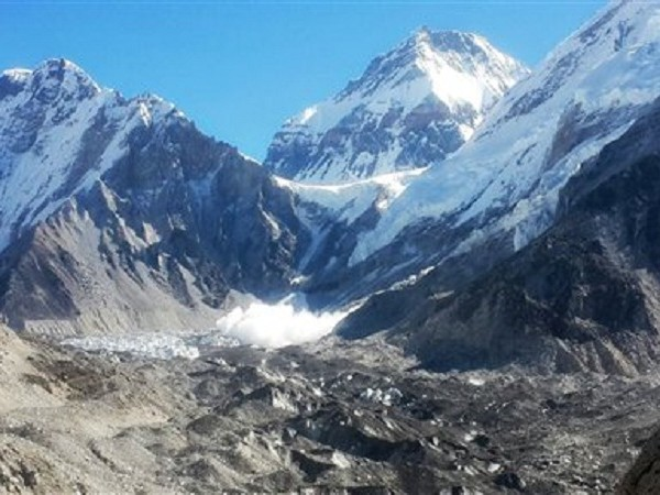 Handful of golfers tee off in Mt Everest tournament in bad weather