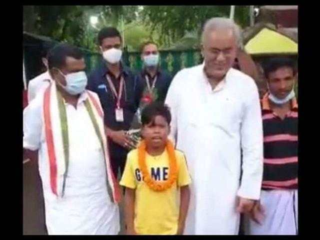 VIDEO: सोशल मीडिया पर फेमस हुए छत्तीसगढ़ के नन्हे रैपर सहदेव का सीएम बघेल ने किया स्वागत, फरमाइश पर सुनाया 'बचपन का प्यार' गाना