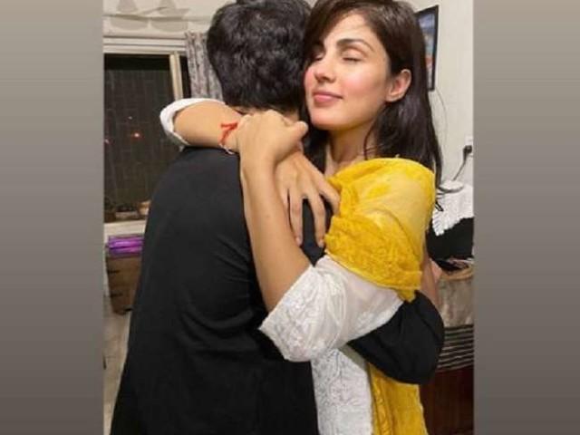 Rhea Chakraborty ने रक्षा बंधन पर भाई शौविक को लगाया गले, सोशल मीडिया पर वायरल हुई ये खूबसूरत तस्वीर
