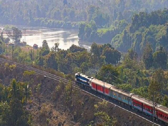Vande Bharat Train: भारतीय रेलवे ने नई वंदे भारत ट्रेनों के लिए पेश किए फीचर्स, आपात स्थिति में मिलेगा फायदा