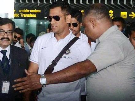 दूसरे वनडे के लिए कोलकाता पहुंची टीम, एयरपोर्ट पर सीरियस नजर आए धोनी