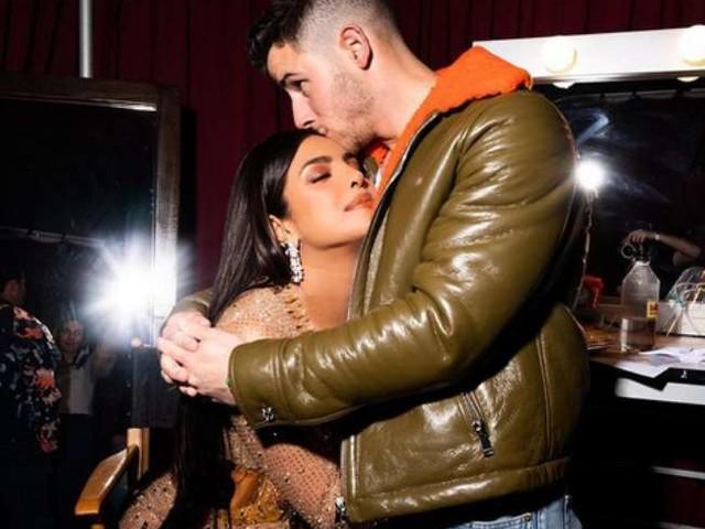 निक जोनस के जन्मदिन पर वायरल हुई पति संग प्रयंका चोपड़ा की बेहद ही रोमांटिक तस्वीर, पत्नी के इस अंदाज में KISS करते दिखे सिंगर