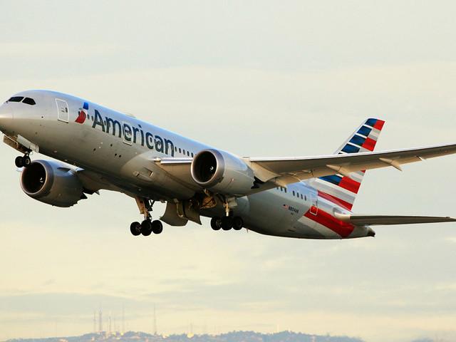 एक अमेरिकन एयरलाइंस एजेंट द्वारा एक यात्री पर भद्दे अपमान के लिए हमला करने का एक वीडियो वायरल हुआ: