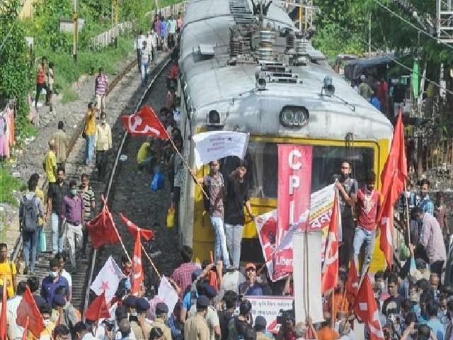 Bharat Bandh Today: भारत बंद से देशभर में यातायात प्रभावित, किसानों ने किया रेलवे ट्रैक-हाईवे जाम; कई ट्रेनें रद