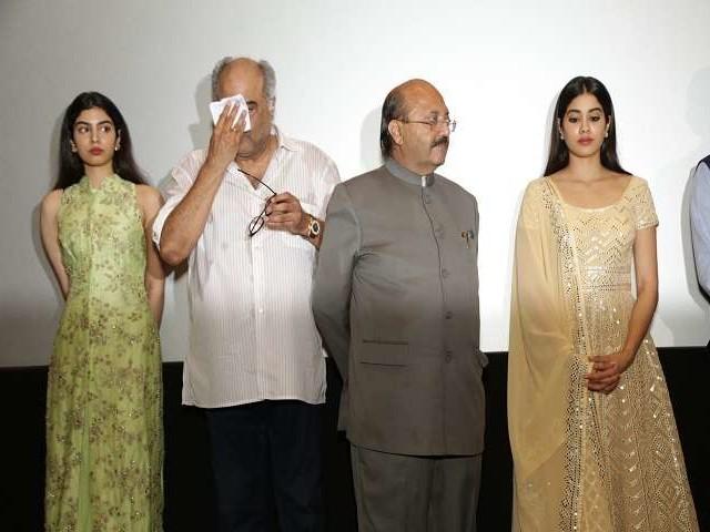 श्रीदेवी को याद कर रो पड़े बोनी कपूर और जाह्नवी, देखें तस्वीरें