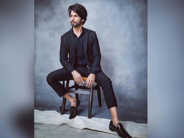 Shahid looks dapper in an all-black attire