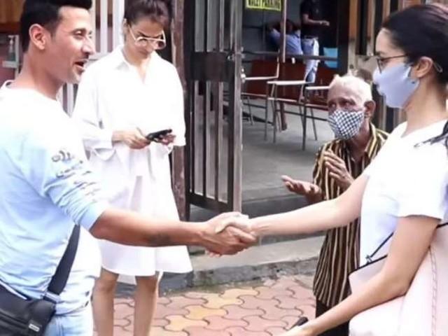 श्रद्धा कपूर के सामने हाथ जोड़कर मदद मांगता रहा बुजुर्ग, एक्ट्रेस का रिएक्शन देख भड़के लोग, कहा- शर्म आनी चाहिए