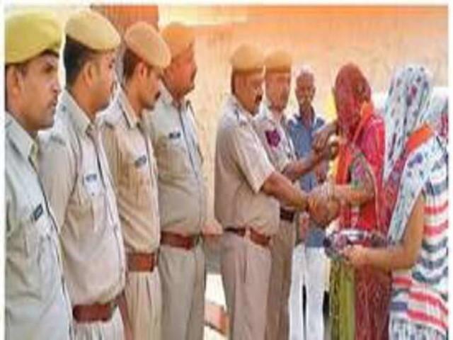 भाजपा महिला कार्यकर्ताओं ने पुलिसकर्मियों को बांधे रक्षासूत्र