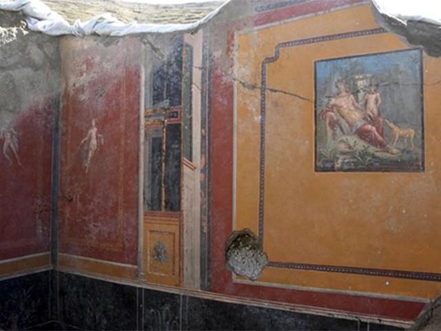 Pompeii dig uncovers Narcissus fresco in ancient atrium