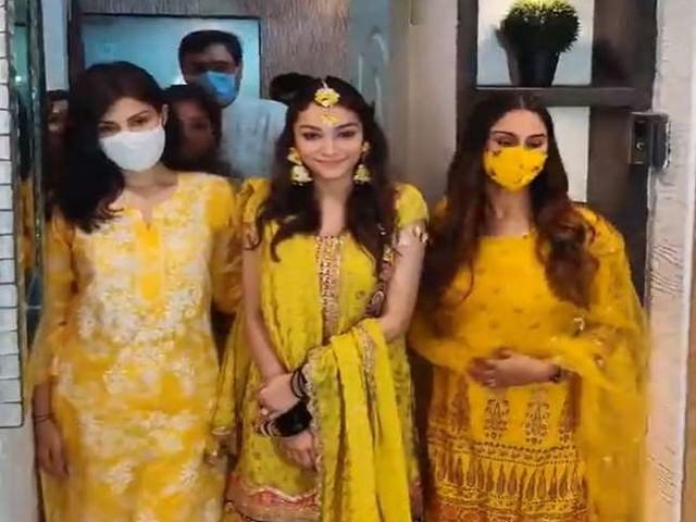 Rhea Chakraborty और क्रिस्टल डिसूजा पहुंची रूमी जाफरी की बेटी की मेहंदी सेरेमनी में, वायरल हुआ वीडियो