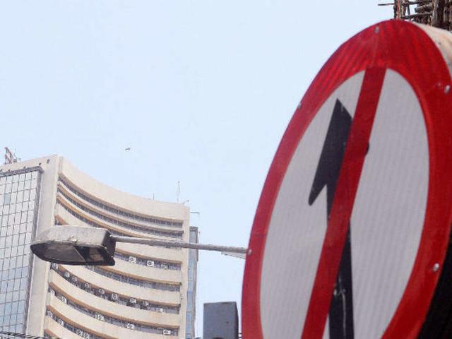 Sensex slumps 289 points; bank stocks drag