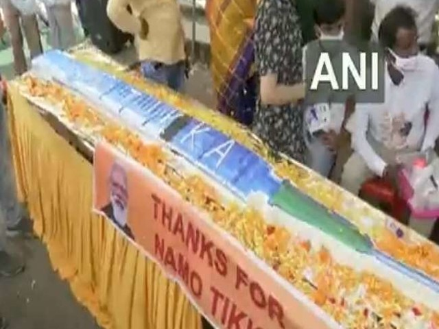 PM Modi 71st Birthday: प्रधानमंत्री के जन्मदिवस की पूर्वसंध्या पर कटा वैक्सीन शेप का 71 फीट लंबा केक