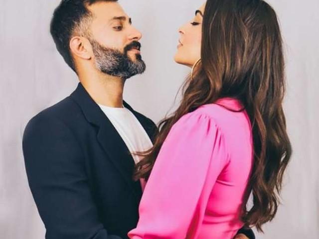 Sonam Kapoor ने जूते पहनकर 18 लाख की कीमत के सोफे पर कराया फोटाशूट, पति ने कहा- जब भी मैं इस काउच पर बैठूंगा तो...