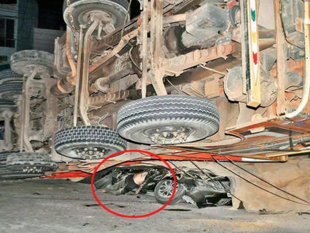 नशे में धुत चालक ने कार मैजिक, दो ऑटो पर चढ़ा दिया ट्रक, एक की मौत