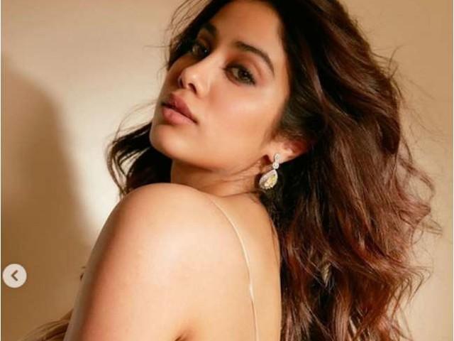 श्रीदेवी की बेटी जाह्नवी कपूर ने कराया धांसू फोटोशूट, डीप नेक वनपीस ड्रेस में ढाह रहीं हैं कहर, तस्वीरें वायरल