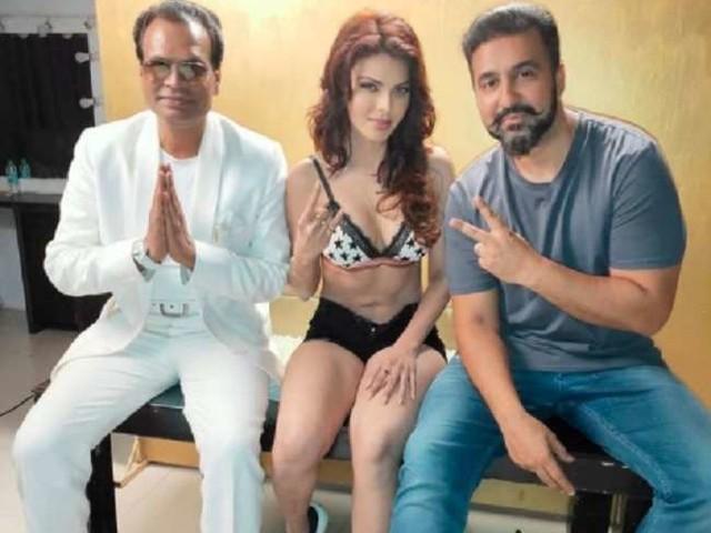 राज कुंद्रा के साथ तस्वीर शेयर कर बुरी फंसीं शर्लिन चोपड़ा, ट्रोलर्स ने फोटोशॉप्ड बता जमकर लगाई क्लास