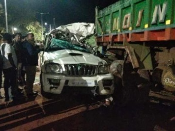 Two killed, four injured in a road accident on NH-65 near Zaheerabad
