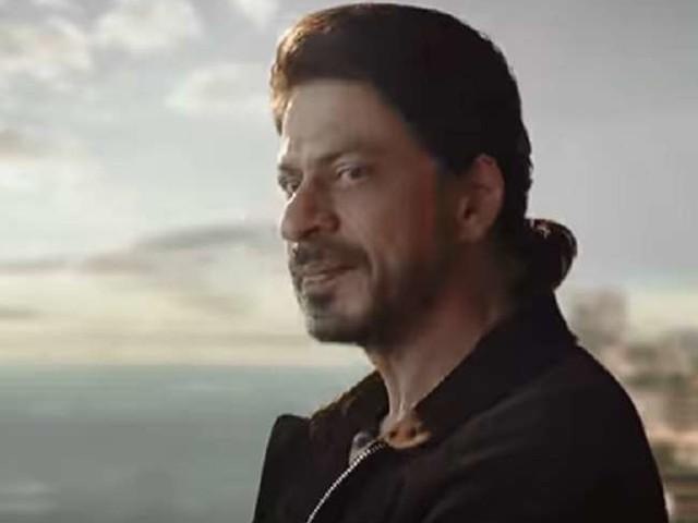 फैंस के सामने शाहरुख खान ने घर की बालकनी से फेंका मोबाइल फोन, सोशल मीडिया पर वीडिया हुआ वायरल