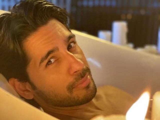 सिद्धार्थ मल्होत्रा ने बाथटब में करवाया फोटोशूट, मजेदार कैप्शन ने जीत लिया दिल