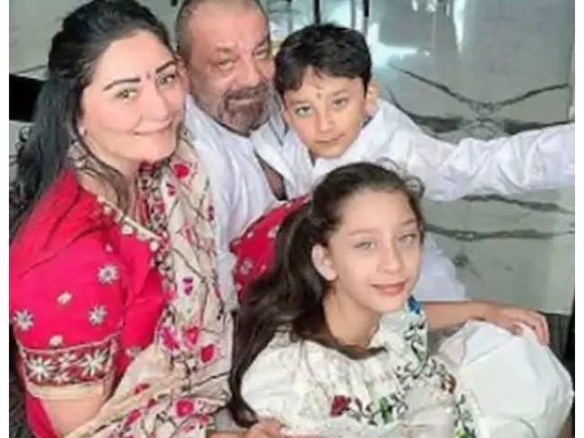 Sanjay Dutt के बेटे की व्हीलचेयर पर बैठी तस्वीर हो रही वायरल, पैर में चोट देख परेशान हुए फैंस
