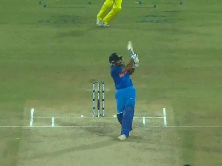 रोहित शर्मा ने मारा इतना लंबा सिक्स, स्टेडियम की छत पर जाकर गिरी बॉल