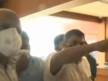 ലോക്ഡൗൺ ദിവസം മന്ത്രിയുടെ സാന്നിധ്യത്തിൽ 'മാതൃകാ' യോഗം! ഐഎൻഎൽ അടിച്ചുപിരിഞ്ഞു' കൈയാങ്കളിയെ തുടർന്ന് എ.പി അബ്ദുൾ വഹാബ് ഇറങ്ങിപ്പോയി
