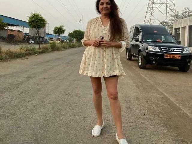 फिल्म एक्ट्रेस नीना गुप्ता ने दिया 'फ्रॉक में शॉक', तस्वीर हुईं वायरल