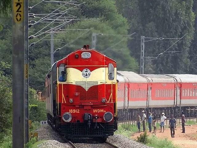 देश के कई हिस्सों में हो रही बारिश के कारण रेल सेवाएं प्रभावित, कई ट्रेनें चल रही देरी से