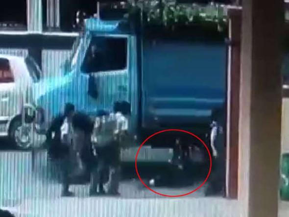 बच्चे ने खींची चोटी, बिगड़ा बैलेंस, मजाक में ही चली गई मासूम की जान CCTV