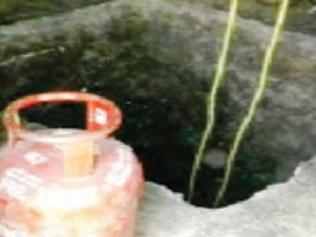 മലയാളിമന്ത്രവാദിയുടെ വാക്ക് കേട്ട് വീട്ടിലെ മുറിയില് 20 അടി ആഴത്തില് കുഴിയെടുത്തു; പൊല്ലാപ്പായി
