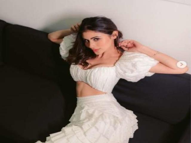 Mouni Roy ने व्हाइट ड्रेस में कराया सुपर कूल फोटोशूट, लिखा 'ये रोमांस नहीं है'