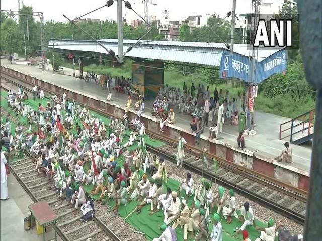Bharat Bandh Today: किसानों के विरोध के चलते 25 ट्रेनें प्रभावित, भारतीय रेलवे ने जारी की इन ट्रेनों की सूची