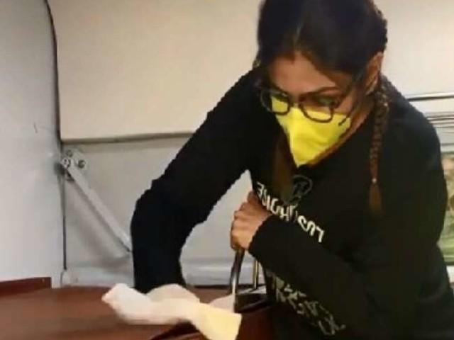 Coronavirus से डरीं रवीना टंडन ट्रेन में करने लगी से काम, Video हो रहा तेजी से वायरल