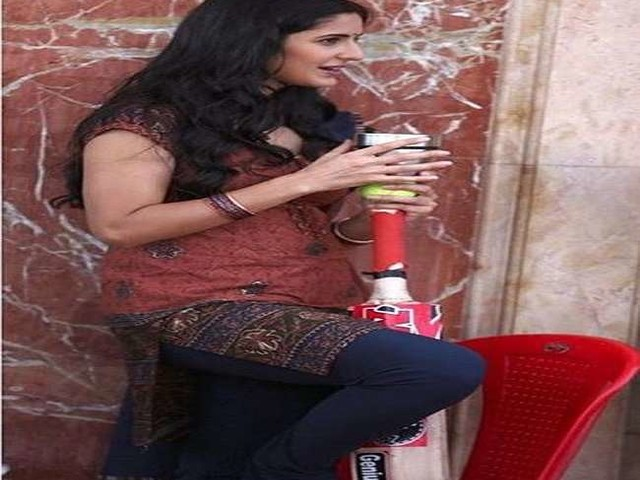 Katrina Kaif Pics: कोरोना काल के बीच कुर्ता पहने क्रिकेट बैट पकड़े नजर आई कटरीना कैफ, कही ये बात
