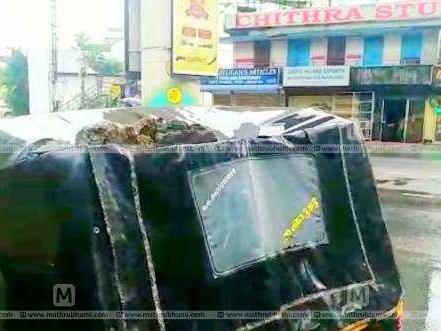മെട്രോ തൂണില് നിന്ന് കോണ്ക്രീറ്റ് അടര്ന്നുവീണു; ഓട്ടോ യാത്രികര് രക്ഷപ്പെട്ടത് തലനാരിഴയ്ക്
