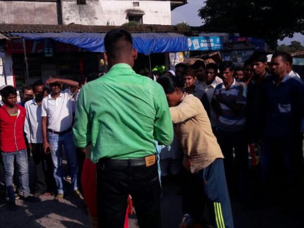पति को दूसरी लड़की के साथ देख पत्नी ने रोका रास्ता, बीच सड़क यूं की पिटाई