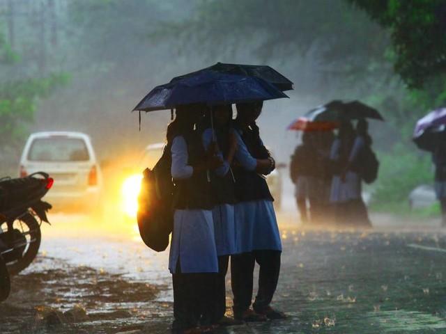 മഴ: മൂന്നുജില്ലകളിലെ വിദ്യാഭ്യാസ സ്ഥാപനങ്ങള്ക്ക് തിങ്കളാഴ്ച അവധി; തൃശ്ശൂരില് ഉച്ചയ്ക്കുശേഷം അവധി