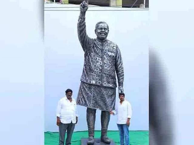 लोहे के कबाड़ से पिता और पुत्र की जोड़ी ने बनाई 14 फीट ऊंची पीएम मोदी की प्रतिमा