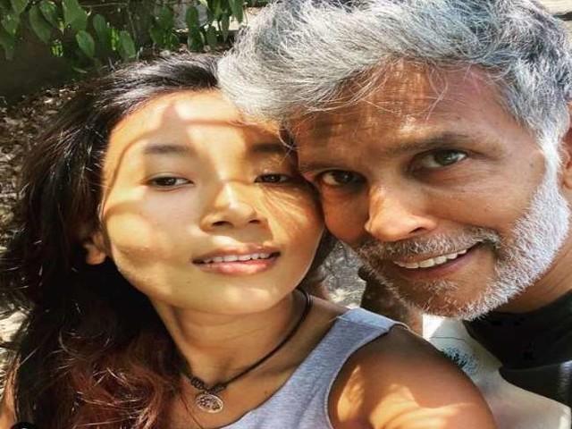Milind Soman ने पत्नी अंकिता कोंवर के साथ शेयर की रोमांटिक तस्वीर, लिखा- 'प्यार सभी को जीत लेता है'
