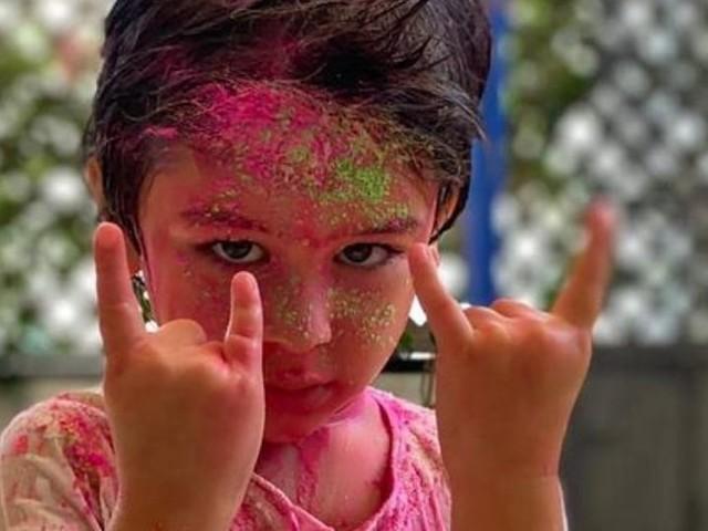 तैमुर बाबाची रंगली होळी; बहिणी सोबतचे फोटो व्हायरल