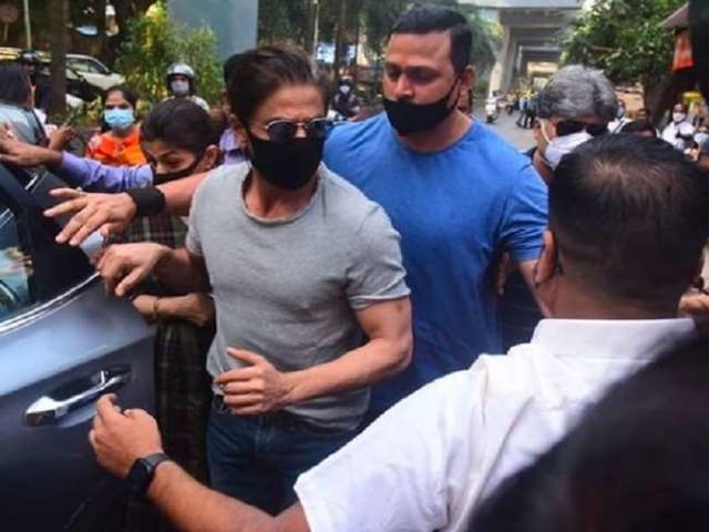 बेटे आर्यन से जेल में मिलने पहुंचे पिता शाह रुख खान, देखें किंग खान का पहला वीडियो